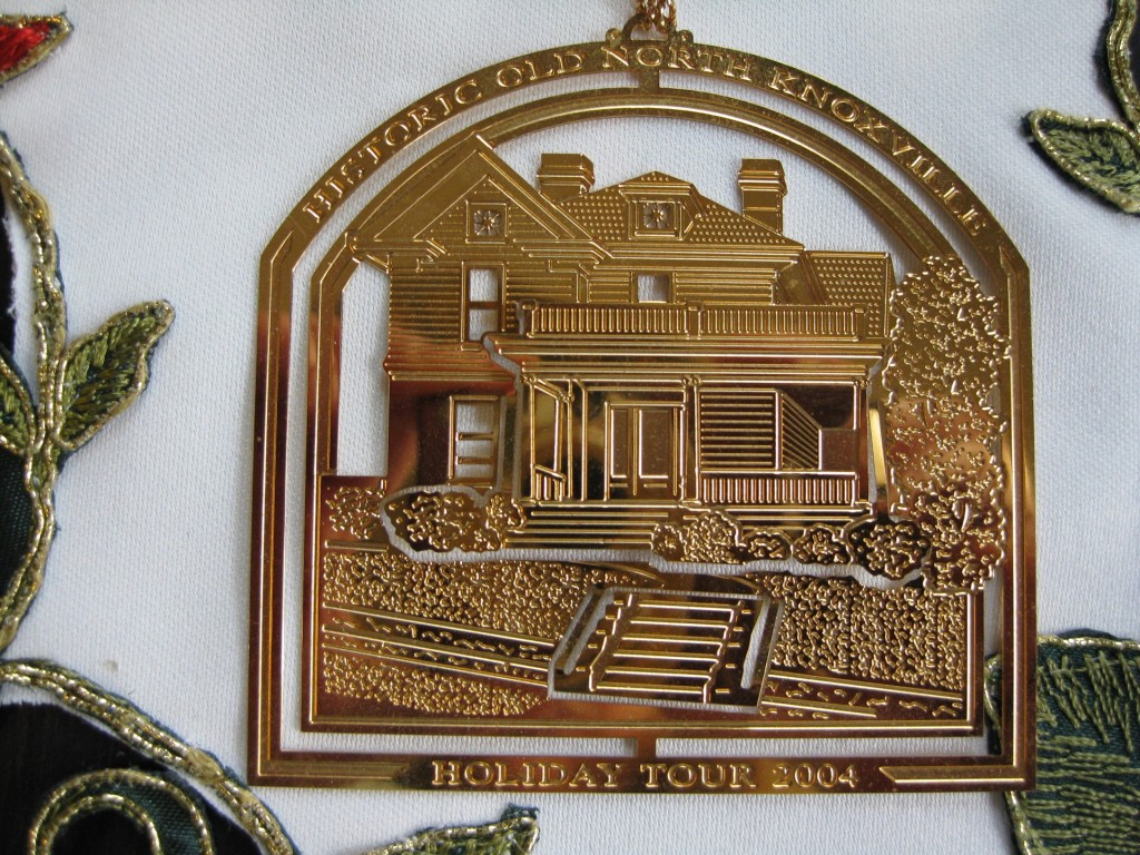 hometour_ornament_2004_gold