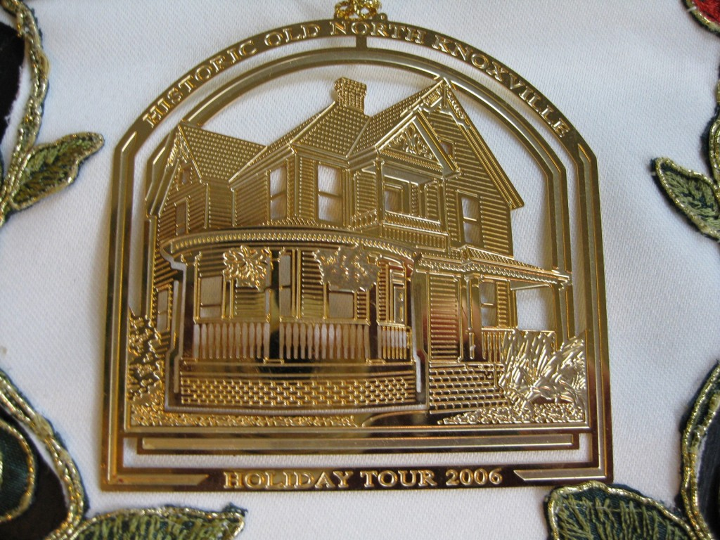 hometour_ornament_2006_gold